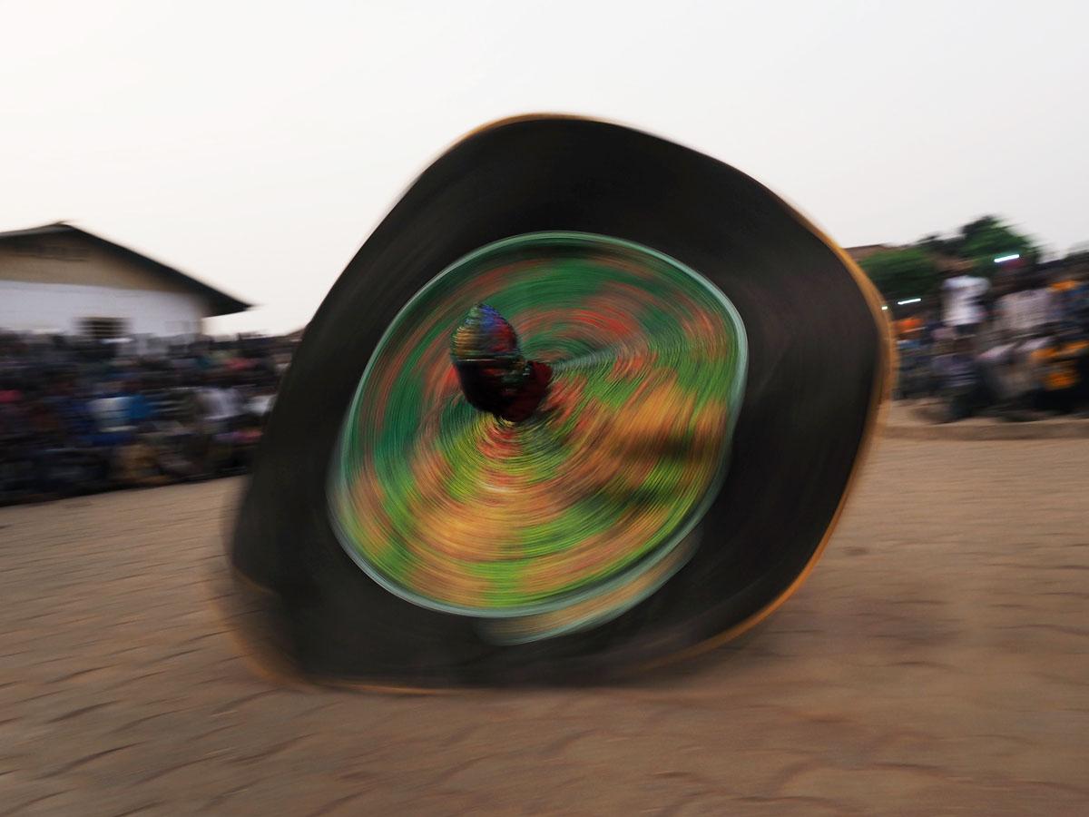 Egungun Geister in der Tradition des Voodoo. 11. Januar 2018 in Ouida, Benin.