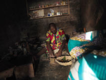 Babalawo-Priester führt ein Ifâ-Orakel durch. Ouida, Benin.