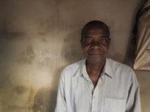 Ein Babalawo-Priester der Yorûbà Religion in Porto-Novo, Benin.