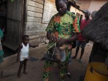 Babalawo-Priester der Yorûbà Religion führt ein Ifâ-Orakel durch. Porto-Novo, Benin.